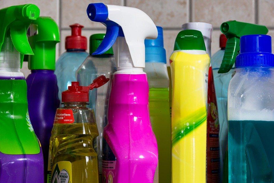 Come igienizzare maniglie, porte e cassetti della cucina